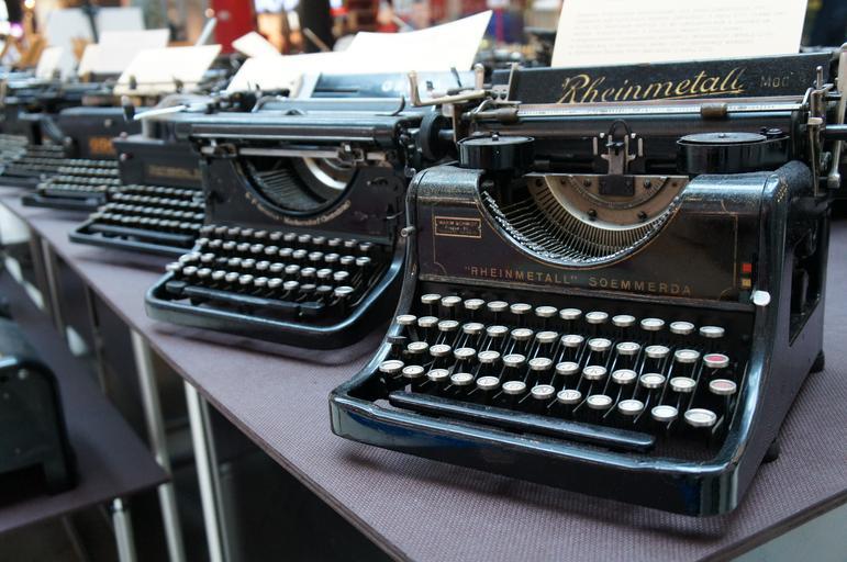 řada psacích strojů.jpg