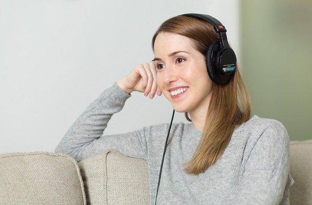 žena poslouchající hudbu