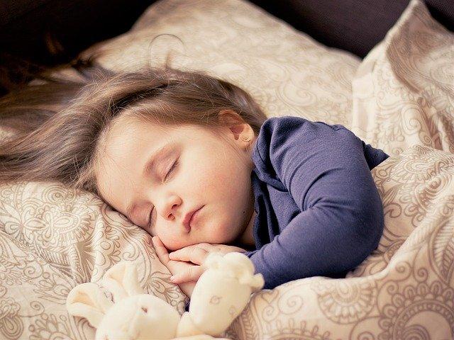 spící nemluvně