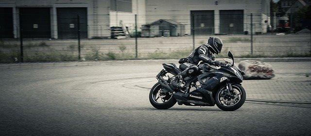 motorkář na okruhu