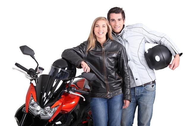 pár stojí u motorky